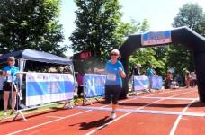 Joggen für Anfänger: Erfahrungen beim ersten 5-km-Lauf 1 healthandthecity.deAlex bei ihrem ersten Zieleinlauf nach 5 Kilometern Joggen