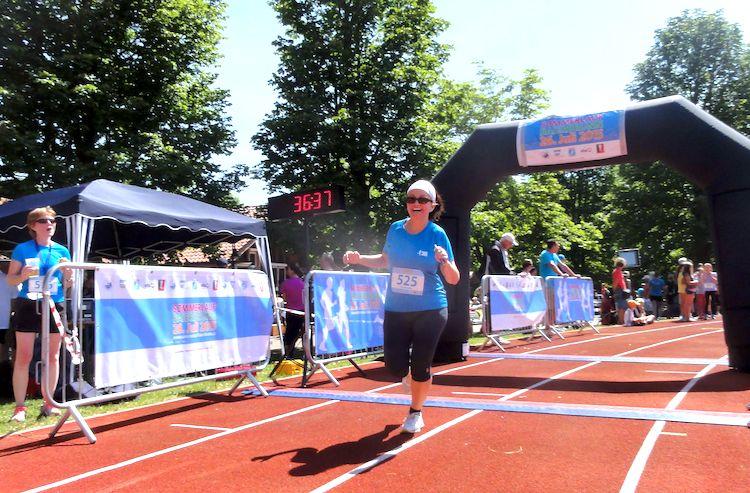 Joggen für Anfänger Alex bei ihrem ersten Zieleinlauf nach 5 Kilometern