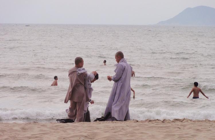 Gelassenheit lernen als Übung auf dem Weg zur Erkenntnis: Buddhisten am Strand by healthandthecity.de