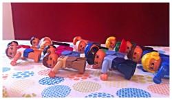Was die Plank Challenge wirklich bringt healthandthecity.de Eine Reihe Playmobil-Figürchen macht die Plank Challenge